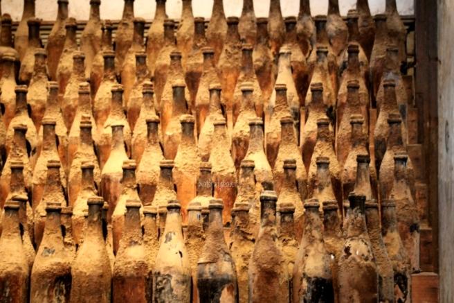 vecchie stanze piene di bottiglie impolverate